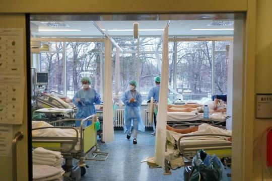 Les infirmières s'occupent des patients Covid dans l'unité de soins intensifs Covid de l'hôpital universitaire de Leipzig (Universitaetsklinikum Leipzig) lors de la deuxième vague de la pandémie de coronavirus le 12 janvier 2021 à Leipzig, en Allemagne.