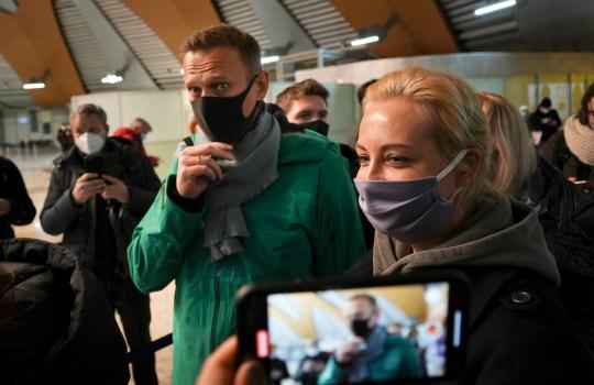 Alexei Navalny et sa femme Yuliastand en ligne au contrôle des passeports après son arrivée à l'aéroport de Sheremetyevo, à l'extérieur de Moscou,