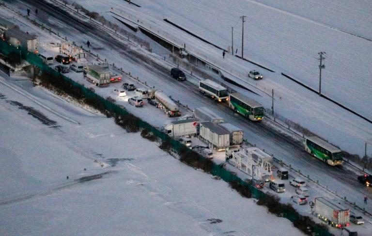 Les voitures sont bloquées sur l'autoroute Tohoku enneigée dans la ville d'Osaki, préfecture de Miyagi, dans le nord du Japon