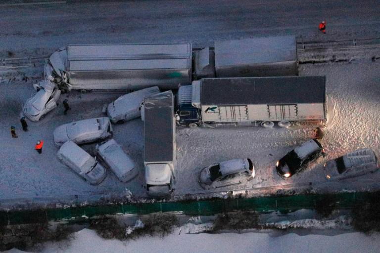 Les voitures endommagées sont couvertes de neige après un accident multiple sur l'autoroute enneigée Tohoku dans la ville d'Osaki, préfecture de Miyagi, dans le nord du Japon
