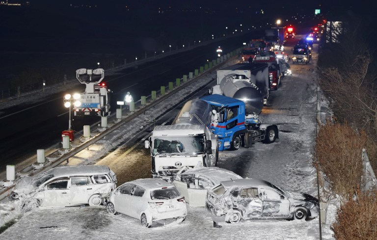 Voitures écrasées sur l'autoroute Tohoku à Osaki, préfecture de Miyagi, nord du Japon