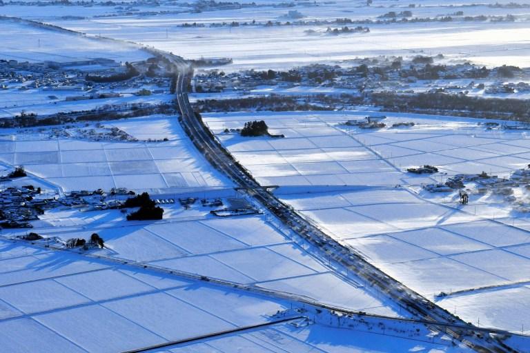 Un accident impliquant environ 130 véhicules est vu après un accident de plusieurs véhicules sur l'autoroute Tohoku