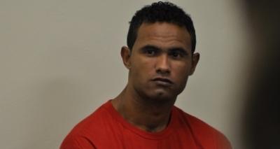 Após decisão do STF, goleiro Bruno se apresenta à polícia e é preso