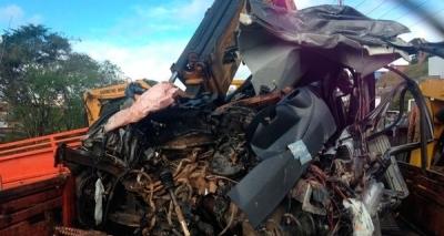 Carro bate de frente com carreta e quatro pessoas morrem na BR-101, em Aurelino Leal