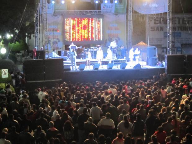 La Sonora Tropicana puso a bailar a centenares de personas en la clausura del Festival de la Zona Media