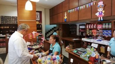 Photo of Embajador de ecuador visita la fabrica de chocolates Costanzo