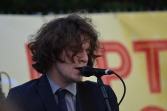 Simon von Pegasus überrascht mit einer Rockabilly Gesangseinlage.
