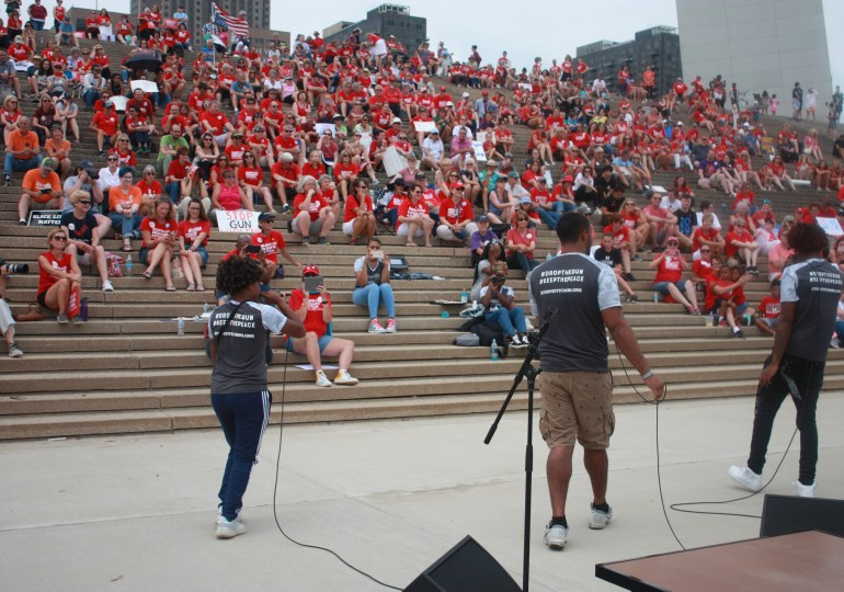 Moms Demand Action draws hundreds to Arch for gun control
