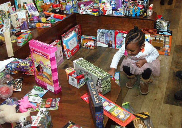 400 free gifts thrill children, parents at Christmas giveaway