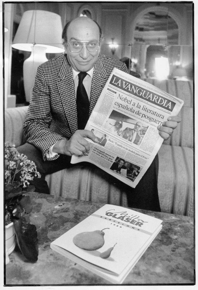 Milton Glaser con un ejemplar del diario La Vanguardia después del rediseño de la maquetación