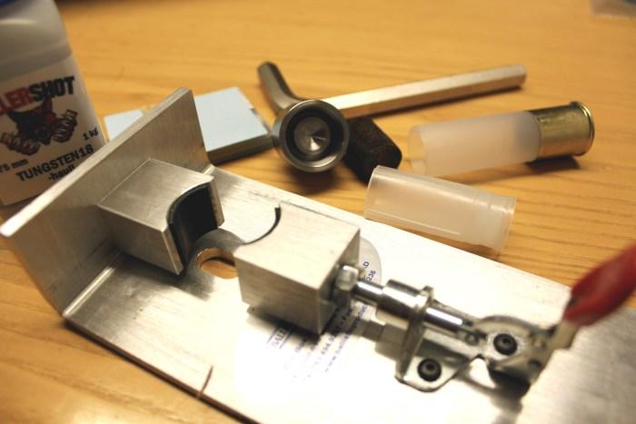 Haulikon patruunan rullasuljentaan tarvittavat työkalut
