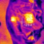 Auki levitetyssä Norvik-liivissä erottuu kaksi lämpöelementtiä selän puolella ja kaksi rinnuksissa