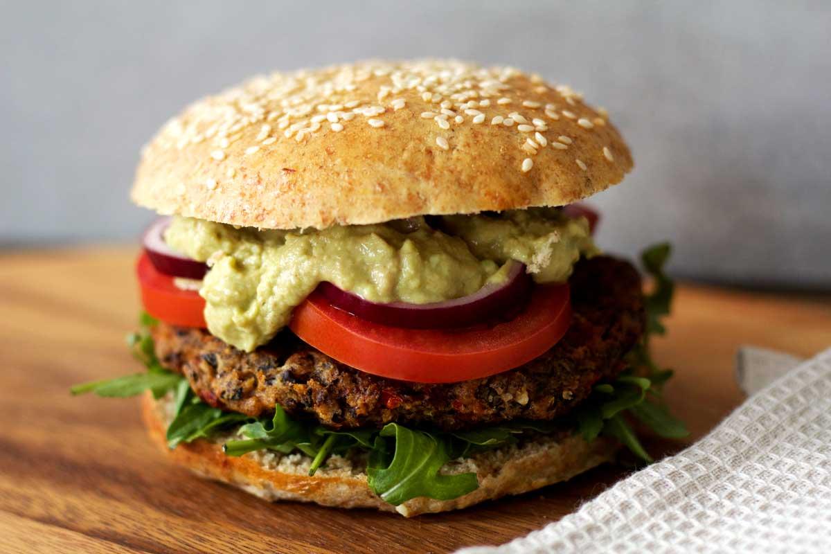Lækker veggie-burger lavet på sorte bønner