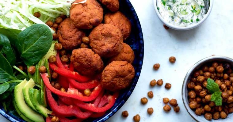 Salat med frikadeller af sød kartoffel, sprøde kikærter og urtedressing