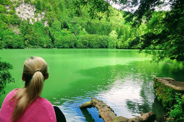 at sidde ved en sø