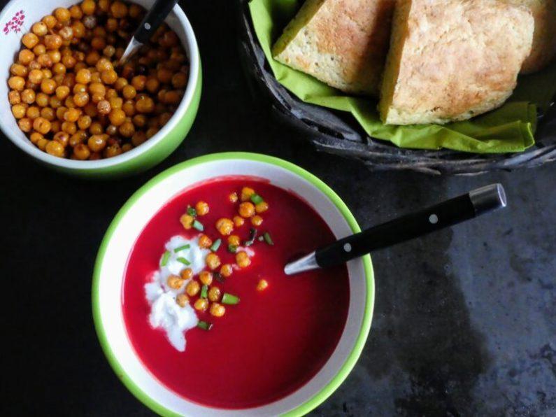 rodfrugtsuppe med kokosmælk og ristede kikærter