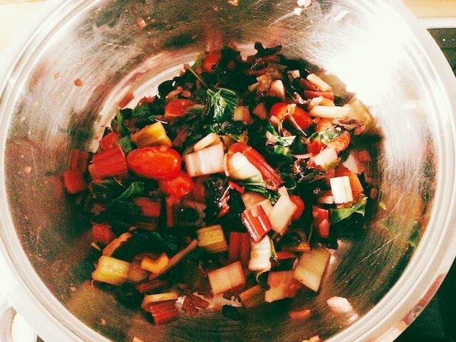 Mangoldgemüse mit Tomaten, Rosinen und Pinienkernen