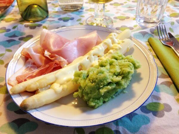Genauso lecker und noch schneller zubereitet: Spargel mit Bärlauch-Kartoffelpüree