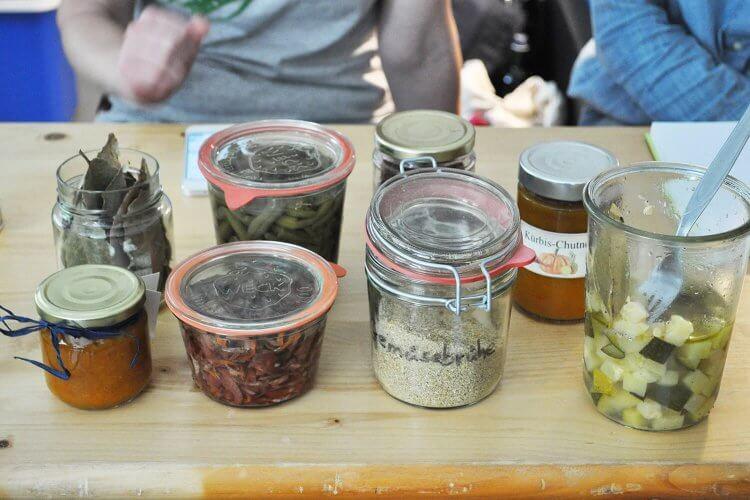Eine bunte Mischung an eingemachtem Gemüse: Rotkohl, Zucchini, Kürbis - und selbstgemachte Gemüsebrühe