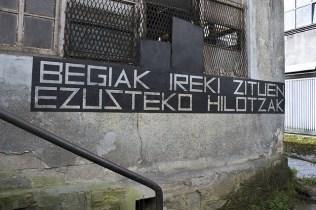 BEGIAK IREKI ZITUEN EZUSTEKO HILOTZAK . Entonces el supuesto cadáver abrió los ojos