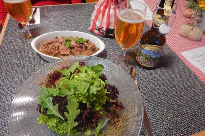 Leberli, Salat, Bier und Brot