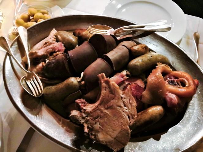 Blutwurst, Leberwurst, Kotelett, Plätzli, Speck, Gnagi, Chessifleisch und Sauerkraut