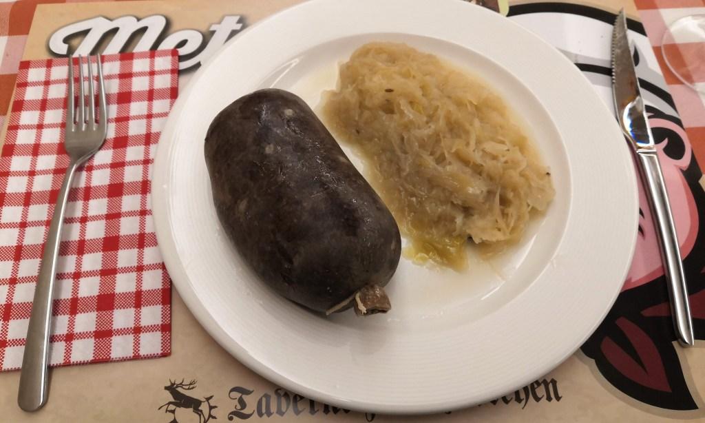 Blutwurst mit Schnürung im Darm, dazu Sauerkraut