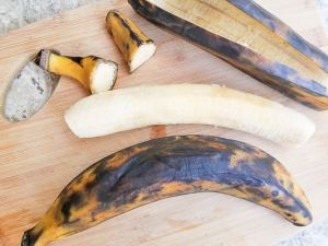 Ends of ripe plantains cut off and peeled for the canoas de platano.