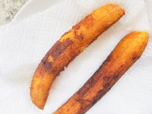 Ripe fried plantains on paper towels for the canoas.