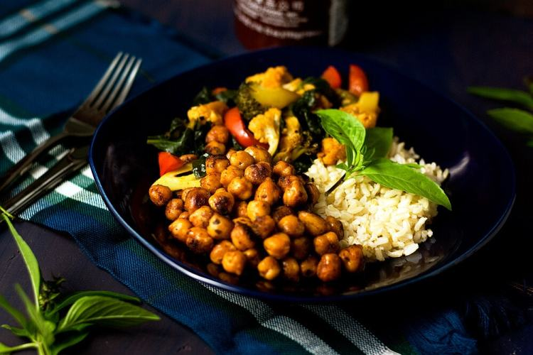 Sriracha Spiced Veggies and Chickpea Rice Bowls by @SpicieFoodie   #vegan #meatlessmeals