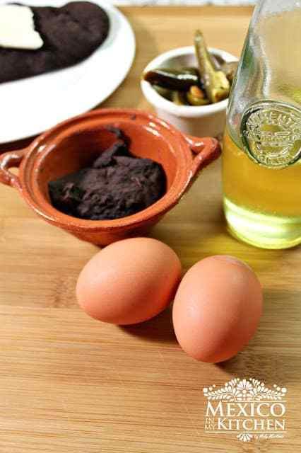 Veracruz style scrambled eggs with black beans  1