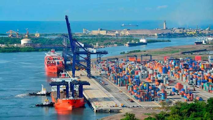 Caída de importaciones deja el mayor superávit comercial en casi 40 años