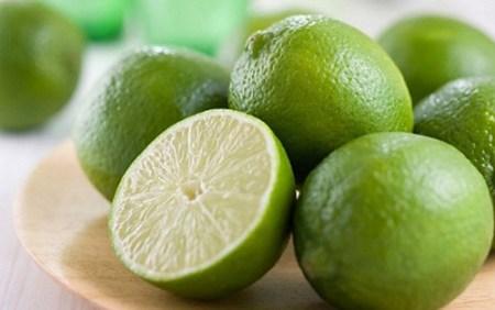 hàm lượng vitamin C rất cao trong chanh giúp tẩy trắng các vết thâm nám trên da.