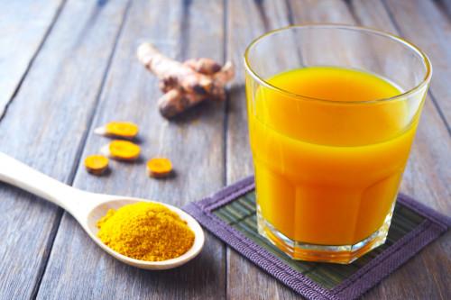 Uống tinh bột nghệ giúp cai thiện nhiều chứng bệnh.