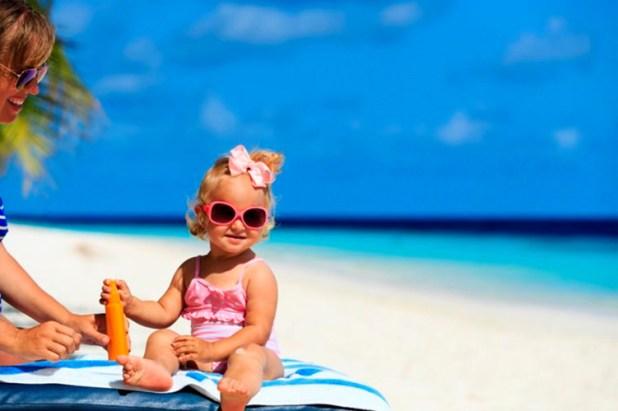 Kem chống nắng chứa các thành phần hóa học: Nếu các mẹ không muốn con em mình hấp thụ những hóa chất từ kem chống nắng thì hãy chọn loại có chứa kẽm oxit: loại mỹ phẩm này sẽ bảo vệ trẻ sơ sinh khỏi tia cực tím từ ánh nắng mặt trời mà không gây hại.