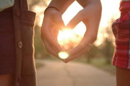 Thế là cộng với lời nói, cộng với những hành động, cử chỉ anh ta quan tâm mình thì phụ nữ tin một cách vô điều kiện rằng người đàn ông đó yêu mình thật lòng. Đó là lý do vì sao giữa một người đàn ông hay nói yêu mình và một người đàn ông có vẻ kiệm lời cũng yêu mình thì phụ nữ thường chọn người đàn ông nói nhiều . Vì đơn giản là phụ nữ nghĩ. – Yêu thì nói là yêu, anh ta lúc nào cũng lạnh lùng như vậy chứ tỏ chưa yêu mình thật lòng đâu . Vậy nhưng phụ nữ à, đôi khi người đàn ông hay nói rằng yêu bạn chưa chắc anh ta đã coi trọng bạn đến thế đâu nhé.