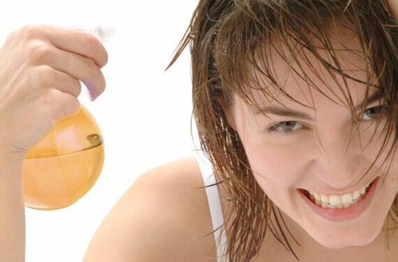 Σπιτικό σαμπουάν - Γυναίκα ψεκάζει με έλαιο τα μαλλιά της