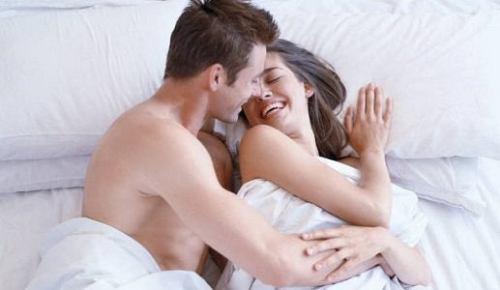 Χαμογελαστό ζευγάρι στο κρεβάτι
