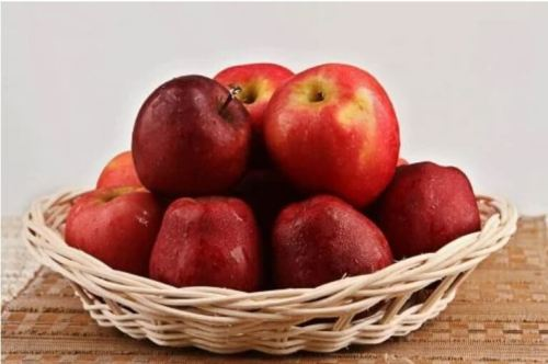 μήλα σε σωρό