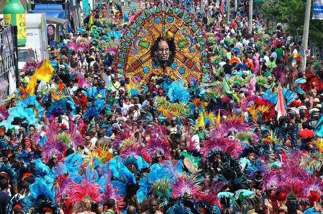 """Dünyanın tanıdığı  bir gelenek, Efsaneleşen """"Toronto Karayip Festivali """" METİN ÇİYAYİ, TORONTO"""