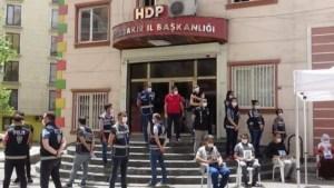 HDP önünde oturması istenen aileye 10 bin TL teklif edildi