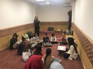 Grupo de niños recitando Coran