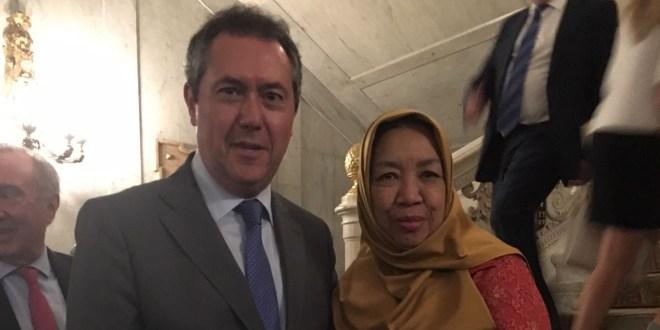 Sr. D. Juan Espadas Cejas, Alcalde de Sevilla con HE Ibu Yuli Mpuni, Embajadora de Indonesia