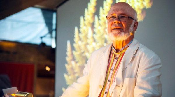 Bengt Gustafsson är professor i astrofysik vid Uppsala universitet. Han är specialist i stjärnornas fysik med inriktning på stjärnornas tillblivelse och galaxernas uppkomst.  Han har även publicerat artiklar om forskningsetik, vetenskapens effekter och effekten av en vetenskaplig världsbild på kultur och samhälle i stort. Foto: Otto Väätäinen.