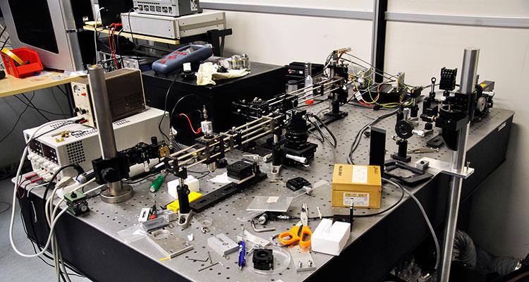 Mikroskopet ihoppusslat på ett bord. Foto: Nicklas Hägen.