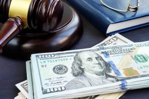 Litigation finance. Gavel and dollar banknotes. Bail bonds. Abogados Lima Perú