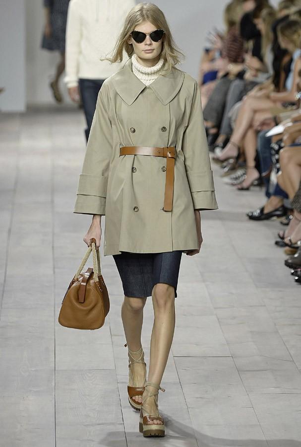 O trench coat é uma das peças indispensáveis pra dias chuvosos (Foto: Agência Fotosite)