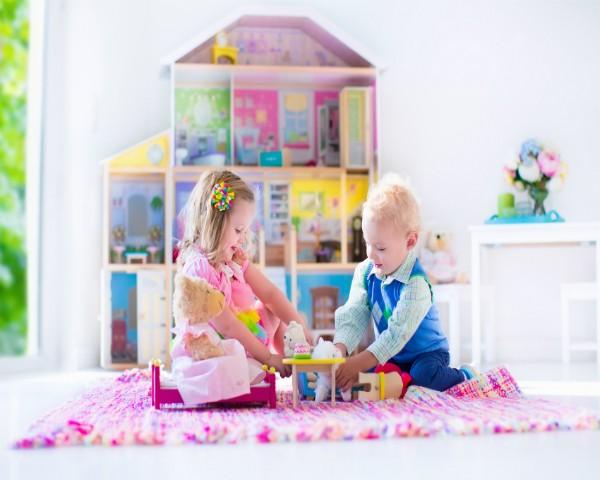 Meninos e meninas devem brincar juntos sem divisão de brinquedos conforme o gênero (Foto: Thinkstock)