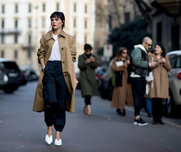 Para se proteger do frio com estilo durante a Semana de Moda de Milão, as fashionistas apostaram no trech coat (Foto: Imaxtree)