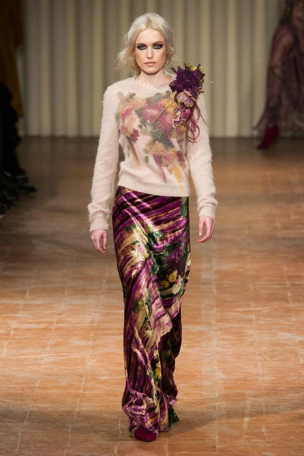 A saia longa de veludo molhado Alberta Ferreti coloca os quadris em destaque, camuflando a barriguina ou os seios fartos (Foto: imaxtree)